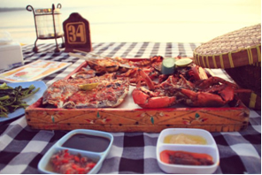 Repas servi sur la plage de Jimbaran
